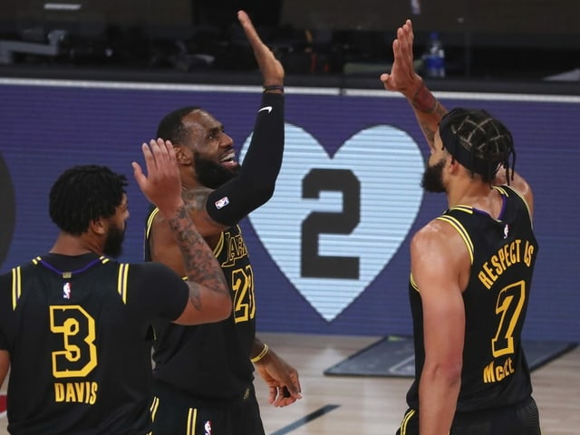LeBron James und 2 Mitspieler der Los Angeles Lakers jubeln,