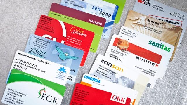 Karten verschiedener Krankenkassen.