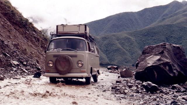 Ein VW-Bus zwischen Felsen und auf einer g