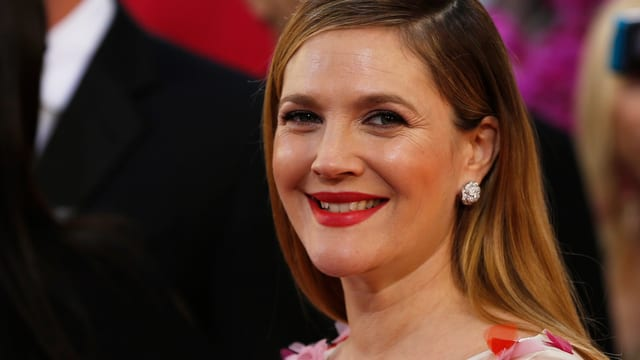 Drew Barrymore lächelt an den Golden Globes in die Kameras