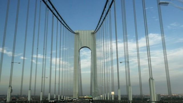 Das Bild wurde an Anfang der der Verrazano-Brücke aufgenommen. Man sieht riesige Türme und Stahlseile.