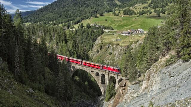 Tren sin il viaduct da la Val Mela.
