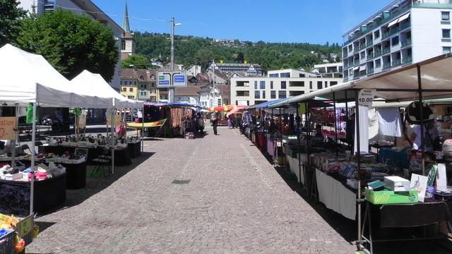 Marktstände auf dem Bieler Neumarktplatz