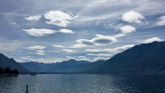 Altocumulus lenticularis am Dienstagvormittag über dem Lago Maggiore.