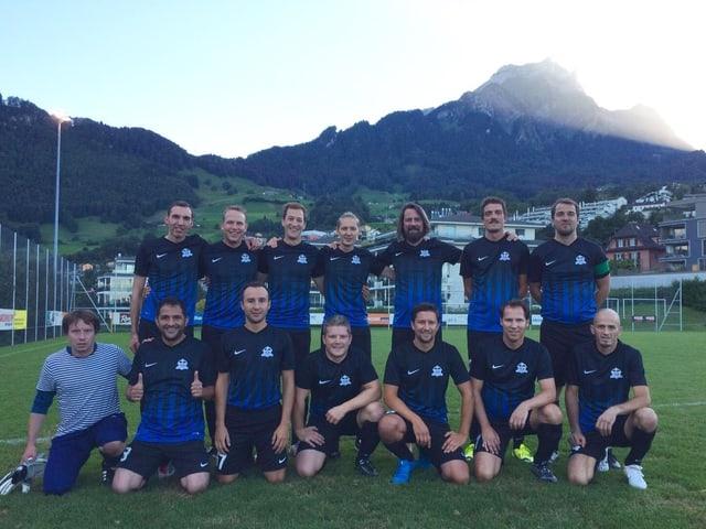 Die Senioren des FC Inter Altstadt im klassischen schwarz/blauen