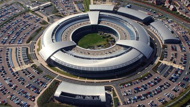 Gebäude, das aussieht, wie ein UFO, fotografiert aus der Luft.