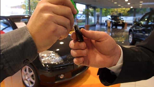 Schlüsselübergabe bei einem Autohändler
