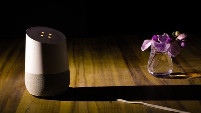 Google Home steht auf einem Tisch