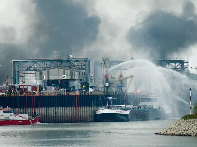 BASF-Gelände mit Rauchschwaden im Hintergrund.