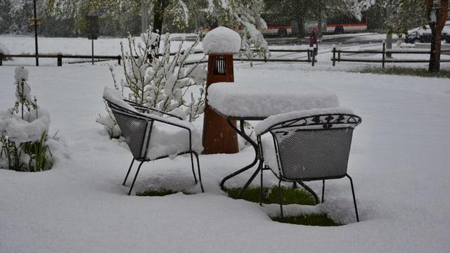 Gartensitzplatz im Schnee.