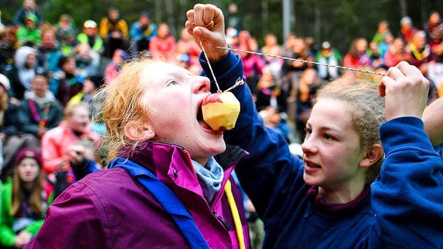 Zwei Pfadfinderinnen beim Apfelspiel.