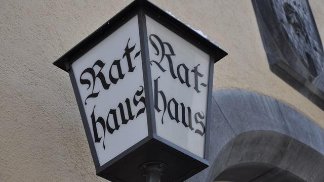 Ina laterna avant la chasa da la citad a Cuira cun l'inscripziun Rathaus