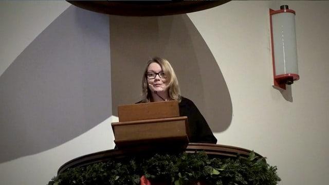 Pfarrerin auf der Kanzel, Ihre Gottesdienste bereitet Steffi im Vikariatsjahr selbst vor.