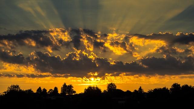 Sonne zwischen den Wolken.