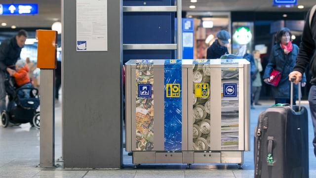 Recycling-Station im Bahnhof