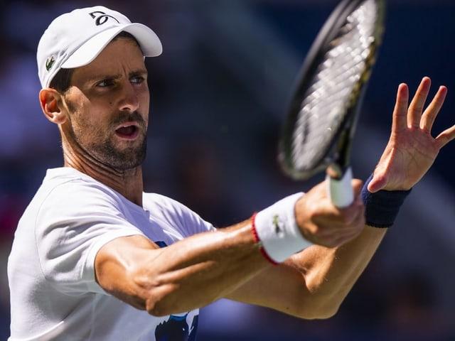 Novak Djokovic schlägt eine Vorhand.