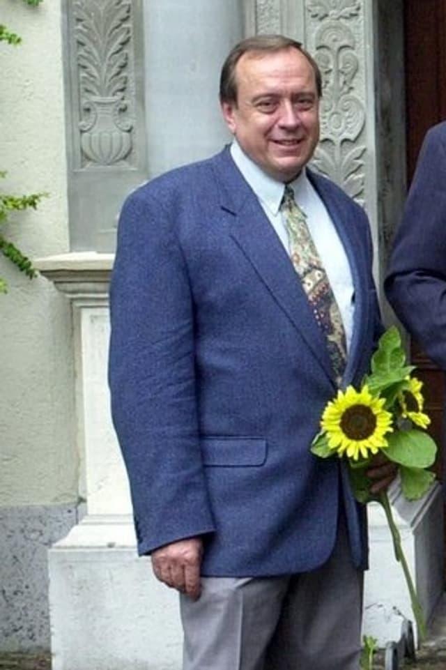Erhard Meister mit Blumenstrauss.