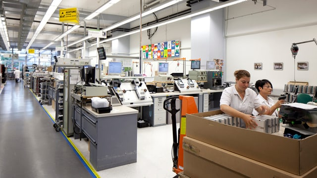 Produktionshalle mit Mitarbeiterinnen