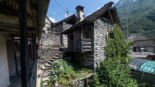 Blick auf Tessiner Dorf Corippo.