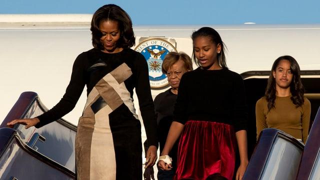 Michelle Obama mit ihren Töchtern und ihrer Mutter beim verlassen des Flugzeugs.