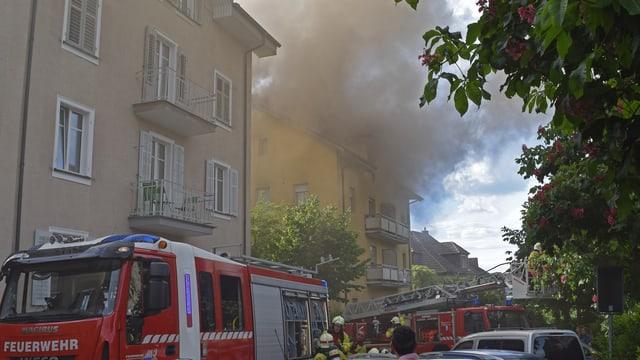 Rauch steigt aus einem Haus auf
