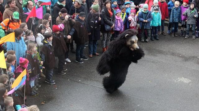 Der Bär beim Tanzen