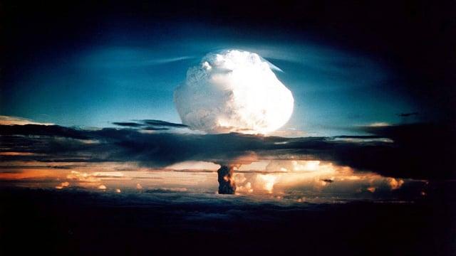 Die erste getestete Wasserstoffbombe detoniert.