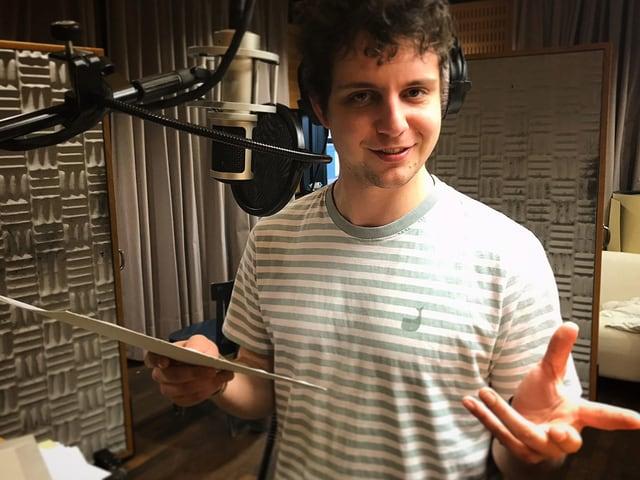 Dominik Muheim steht im Radiostudio am Mikrofon.
