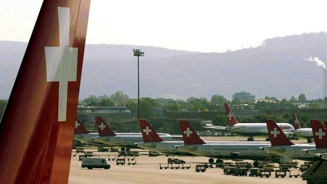 Reihenweise bleiben Swissair-Flugzeuge am Boden des Flughafen Zürich wegen Geldmangels. (Jahr 2001)