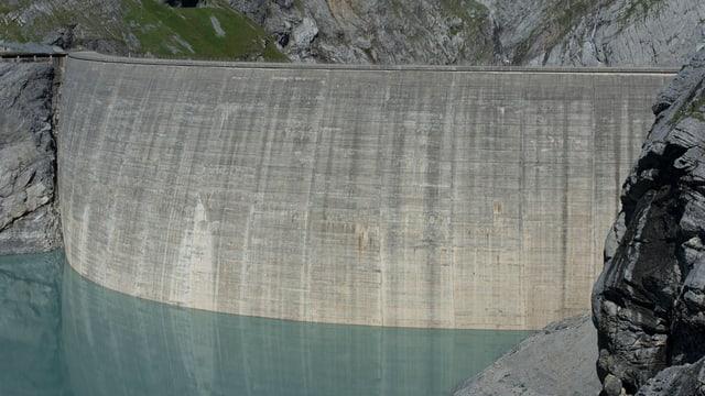 Die Staumauer am Limmernsee.