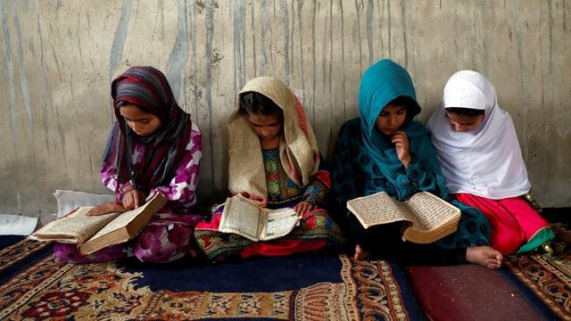 Afghanis ische Mädchen studieren in einer religiösen Schule den Koran. (reuters)