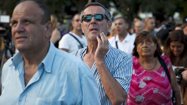 Menschen auf dem Syntagma-Platz in Athen schauen sich das Wahlergebnis an. (reuters)