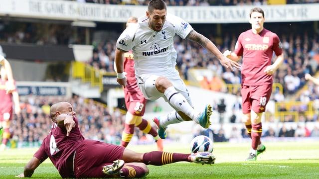 Tottenhams Clint Dempsey (r.) setzt sich gegen Vincent Kompany durch.