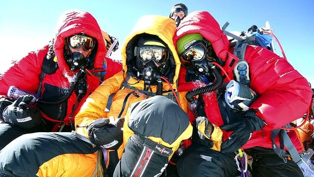 Drei in modernste Bekleidung gehüllte Bergsteiger auf dem Mount Everest.