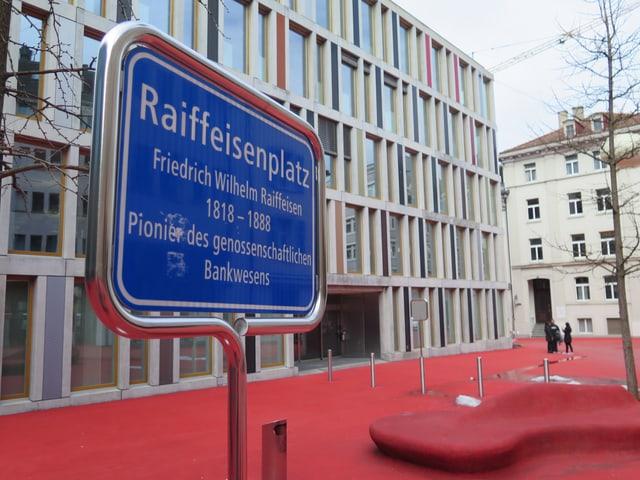 Der Raiffeisenplatz oder auch «rote Platz» genannt.