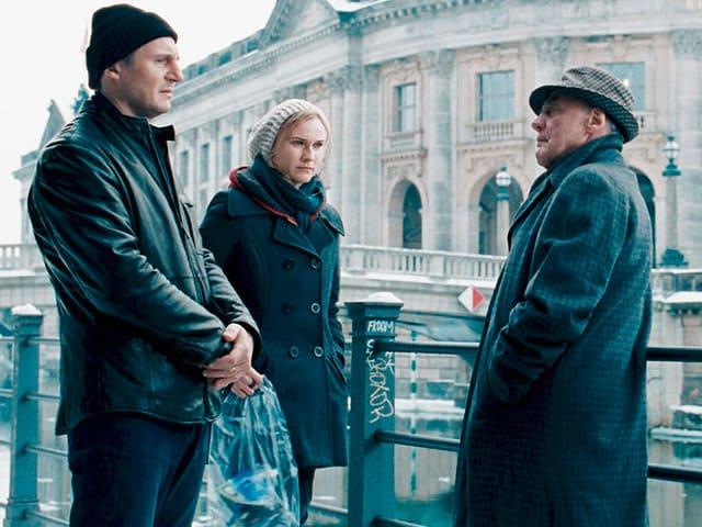 Liam Neeson als Dr. Martin Harris und Diane Kruger als Gina sprechen mit Bruno Ganz als Stasi-Agent Ernst Jürgen.