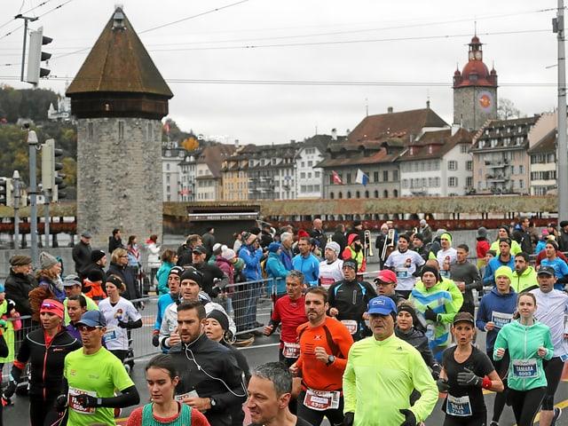 Läufer auf Seebrücke in Luzern.