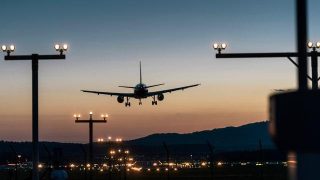 Flughafen Zürich Kloten bei Nacht. Ein Flugzeug landet.