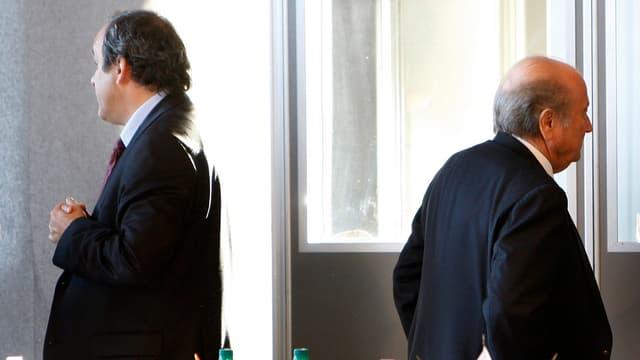 Michel Platini und Sepp Blatter drehen sich gegenseitig den Rücken zu.