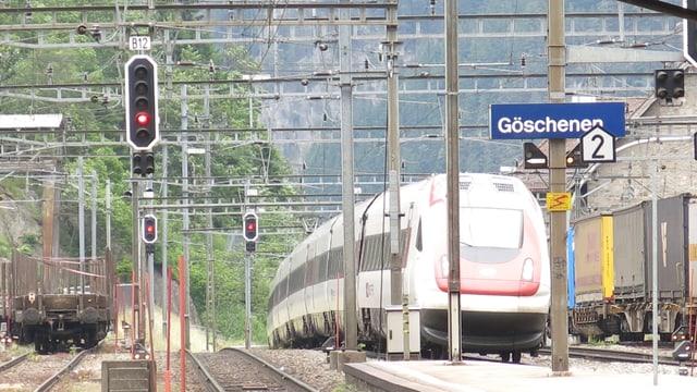Ein Zug fährt in den Bahnhof Göschenen ein.