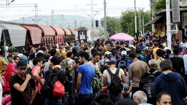 Flüchtlige warten am Bahnhof Gevgelija auf den nächsten Zug