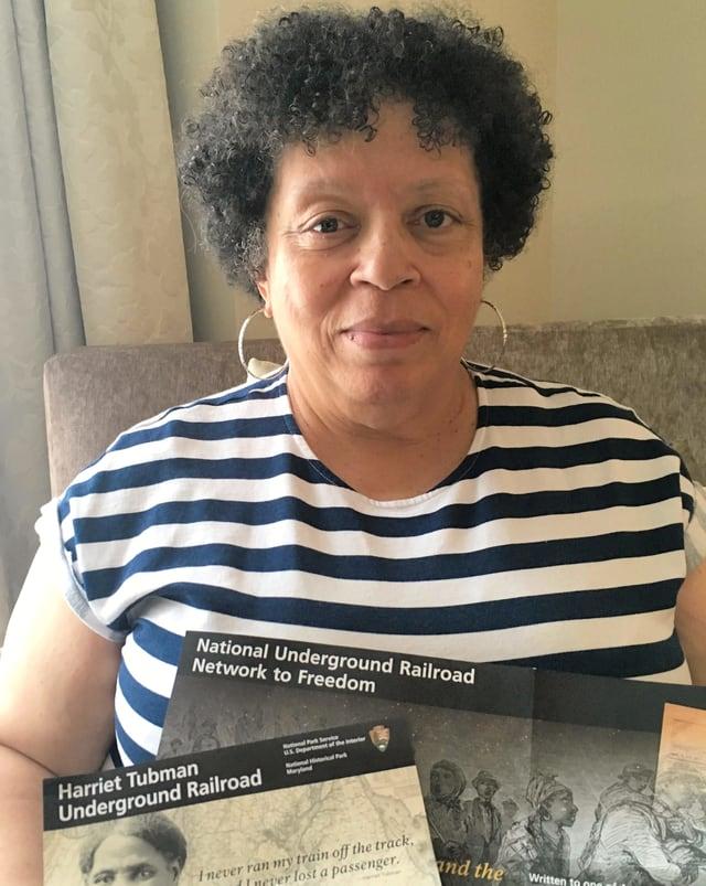 Ernestine Wyatt im Porträt. Sie hat Dokumente zu Harriet Taubman in den Händchen.