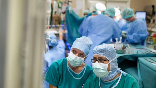Ärzte und Medizinpersonal während einer Operation in einem Spital.