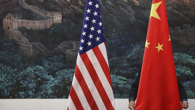 Die Flaggen der USA und Chinas