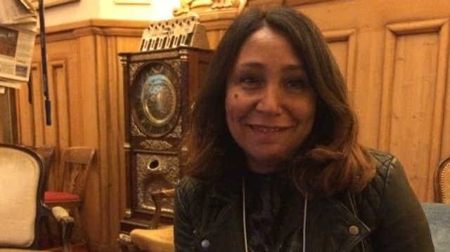 Haifa Al-Mansur auf Sofa