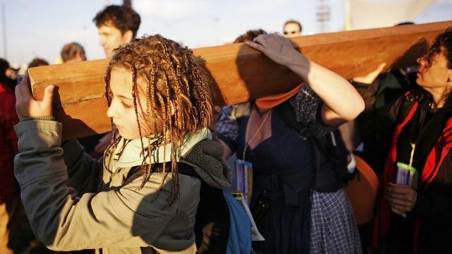 Jugendlichen tragen ein Kreuz.