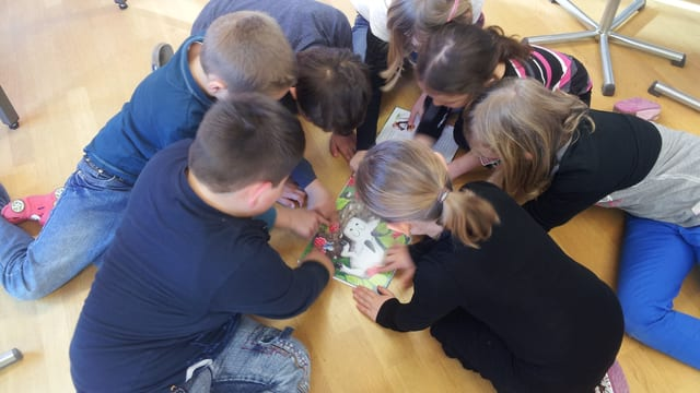 Schülerinnen und Schüler der Primarschule Muolen/SG sind begeistert vom Riechbuch rund um den stinkenden Geissbock Charly.