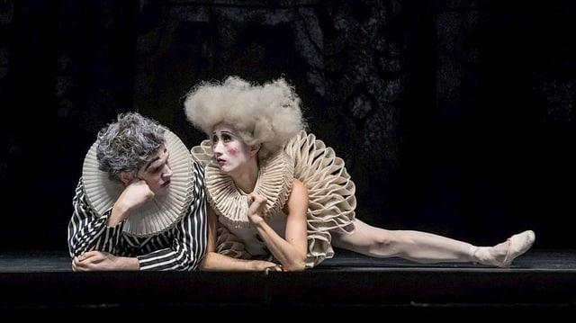 Ein Tänzer und eine Tänzerin im Clownskostüm