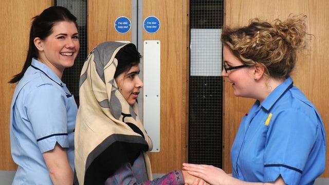 Malala Yousafzai beim Verlassen der Klinik  in Birmingham.