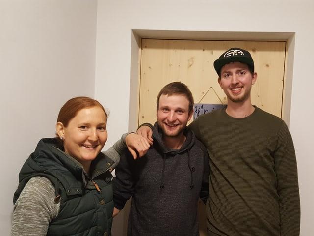 Claudia Flury, Claudio Cabalzar e Livio Cajochen avant l'abitaziun gronda en scola a Sumvitg.
